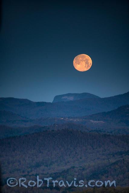 April Moon, Setting